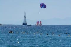 小组风帆冲浪者是红海在埃拉特,以色列附近 免版税库存照片