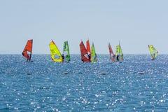 小组风帆冲浪者是红海在埃拉特,以色列附近 图库摄影