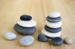 小组黑暗的白色和灰色小卵石,两镶边了石标 库存照片