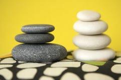 小组黑暗的白色和黑小卵石,两个石标 免版税库存图片