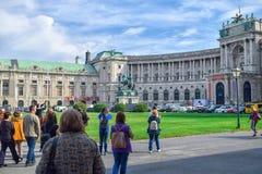小组heldenplatz的游人在维也纳的中心 库存图片