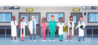 小组In Hospital Corridor Diverse在现代诊所的医疗Workes医生 向量例证
