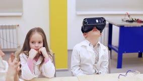 小组VR玻璃的孩子学习科学