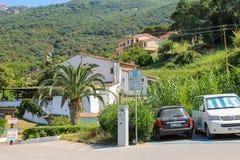 小美丽如画的镇厄尔巴岛的Sant安德烈亚斯狭窄的街道  免版税库存照片