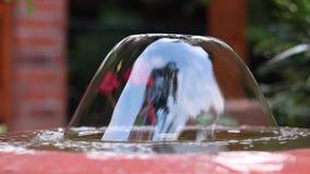 小美丽的庭院圆的喷泉在亚洲,巴厘岛,印度尼西亚 特写镜头 慢的行动 户外亚洲 股票录像