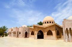 小美丽的整洁的老古老石有圆的圆顶的黏土阿拉伯伊斯兰教的回教房子在有棕榈树的沙漠在tropica 库存照片