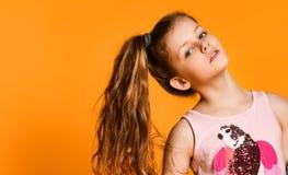 小美丽的时髦的孩子女孩画象牛仔裤的 库存照片