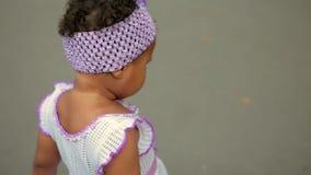 小美丽的混血儿女孩走在公园和戏剧 股票录像