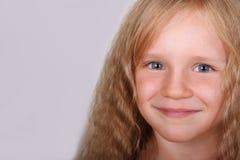 小美丽的白肤金发的微笑的女孩面对特写镜头 免版税库存图片