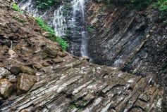 小美好的岩石瀑布关闭,自然背景 免版税图库摄影