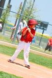 青年有木棒的棒球运动员。 免版税图库摄影