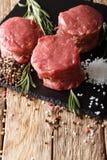 小腓厉牛排,为烹调准备与盐、迷迭香和胡椒c 免版税库存图片