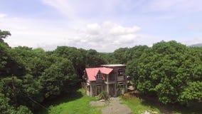 小自然地增长的农业社村庄丰富的树 股票录像
