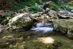 小自然瀑布在克里米亚 免版税库存图片