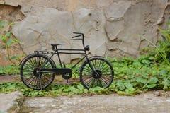 黑小自行车 库存照片