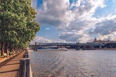 小舰队拉迪森和普希金Andreevsky桥梁的船在高尔基公园 高尔基公园的堤防 免版税库存图片