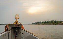 小船、日落和云彩 库存图片