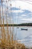 小船、海、海鸥和岩石 库存照片