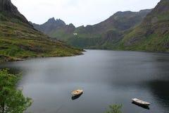 小船、海和山美丽的景色  Lofoten海岛,挪威 免版税图库摄影