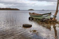 小船、海岛和植被在西部方式足迹在港湾Corrib 库存图片