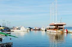 小船、游艇和船在口岸停放了 库存照片