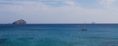小船、礁石和seaview 免版税库存照片
