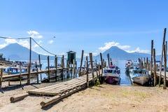 小船、跳船&火山,湖Atitlan,危地马拉 库存照片