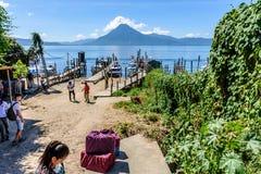 小船、跳船&火山,湖Atitlan,危地马拉 图库摄影