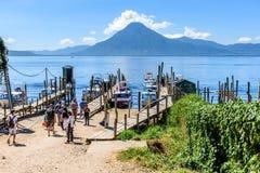 小船、跳船&火山,湖Atitlan,危地马拉 库存图片