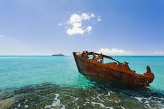 小船一个生锈的片断的图象在海滩的 库存图片