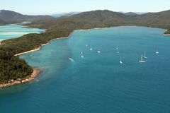 小船一张鸟瞰图在Whitsunday海岛,澳大利亚停泊了近 免版税库存照片