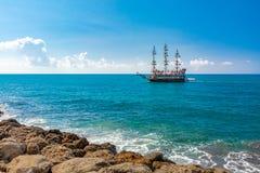 小船一艘帆船的旅行游人 图库摄影