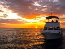 小船下潜夏威夷剪影 免版税库存图片