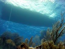 小船下潜礁石 免版税库存图片