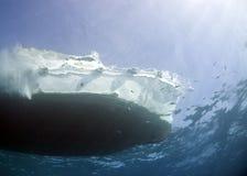 小船下潜红海 免版税库存图片