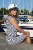 小船临近路坐的妇女 免版税库存照片