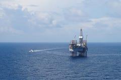 小船乘员组钻插孔抽油装置 免版税图库摄影
