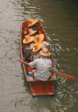 小船乘驾在泰国的Damnoen Saduak浮动的市场上 免版税库存照片
