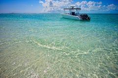 小船乘驾在Exumas土地和海公园 免版税库存图片