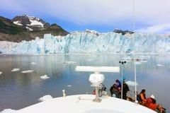 小船乘驾通过冰川在春天 图库摄影