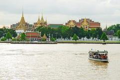 小船事假曼谷玉佛寺和昭披耶河 库存照片
