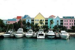 小船五颜六色的房子行 免版税库存图片