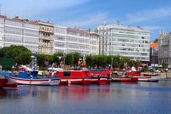 小船五颜六色的coru海滨广场 库存照片