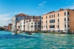 小船交通在大运河,威尼斯 免版税库存照片