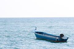 小船偏僻的海洋 免版税库存照片