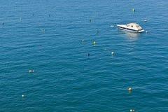 小船偏僻的海滨广场 免版税库存照片