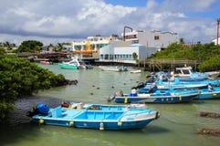 小船停住在圣克鲁斯岛的,加拉帕戈斯N Puerto阿约鲁 库存图片