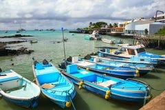 小船停住在圣克鲁斯岛的,加拉帕戈斯N Puerto阿约鲁 免版税库存照片