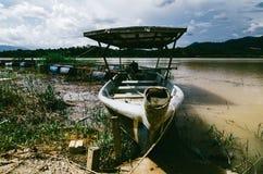 小船停住在美好的乡下风景, Sungai霹雳州位于霹雳州状态的河岸,马来西亚 图库摄影