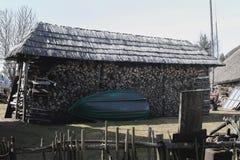 小船停放在堆木头 库存图片